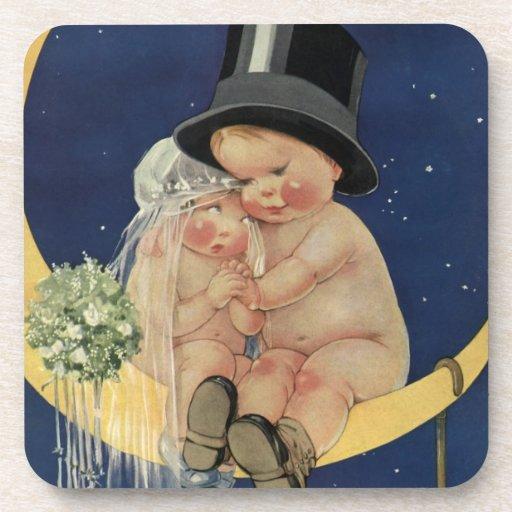 Novia y novio lindos del bebé del vintage en la posavasos