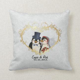 Novia y novio - personalizar del boda del pingüino almohadas