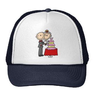 Novia y novio por el gorra del pastel de bodas