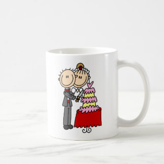 Novia y novio por la taza del pastel de bodas
