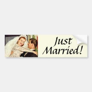 Novia y novio, recienes casados felices del boda d etiqueta de parachoque