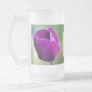 Novias púrpuras del tulipán que casan el vidrio taza