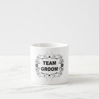 Novio adornado del equipo taza espresso