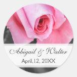 Novio color de rosa romántico rosado de la novia pegatinas redondas