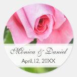 Novio color de rosa romántico rosado de la novia etiquetas redondas