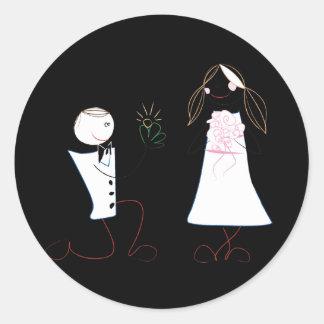 Novio de la novia que propone a los pegatinas del pegatina redonda