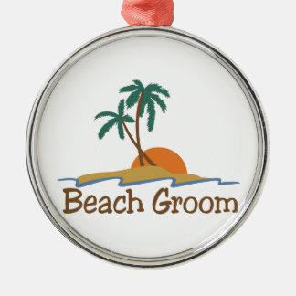 Novio de la playa adorno redondo plateado
