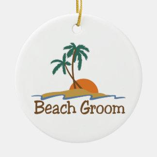 Novio de la playa adorno redondo de cerámica