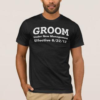 Novio debajo del nuevo personalizar de la camiseta