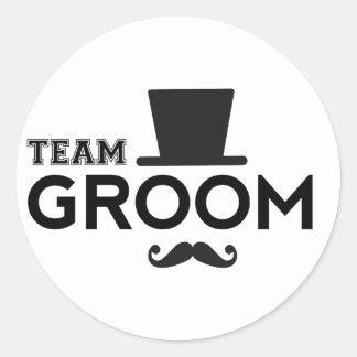 Novio del equipo con el gorra y el bigote pegatina redonda