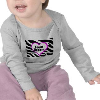 Novio del equipo (estampado de zebra del corazón) camiseta