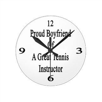 Novio orgulloso de un gran instructor del tenis reloj