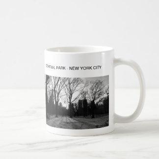 Nr negro 5 del Central Park del blanco NY Tazas De Café