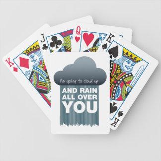Nube ascendente y naipes de la lluvia barajas de cartas