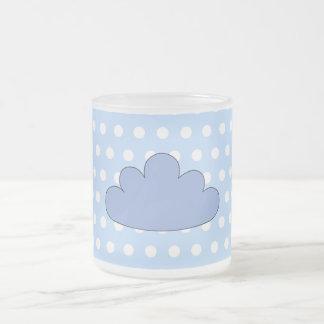 Nube azul en puntos de polca azules y blancos taza de café