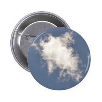 Nube de cúmulo que flota en un cielo azul pin redondo 5 cm