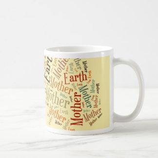 Nube de la palabra de la madre tierra en la forma  taza básica blanca