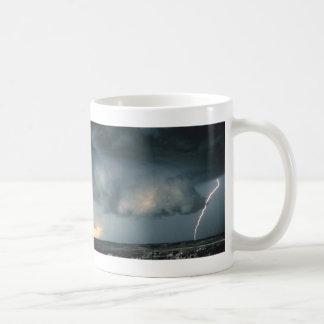 Nube de la pared con el relámpago tazas de café