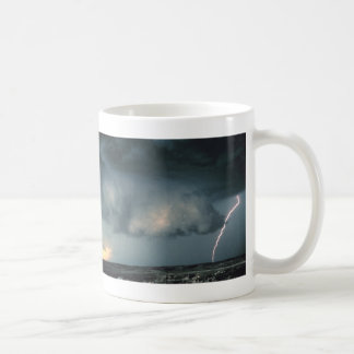 Nube de la pared con el relámpago taza clásica