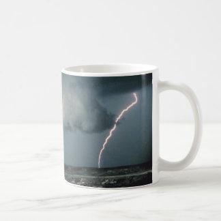 Nube de la pared con el relámpago taza de café