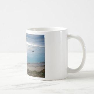 Nube de la tarde que se rompe para arriba en la pu tazas de café