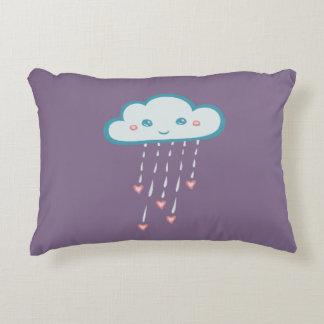 Nube de lluvia azul feliz que llueve corazones cojín