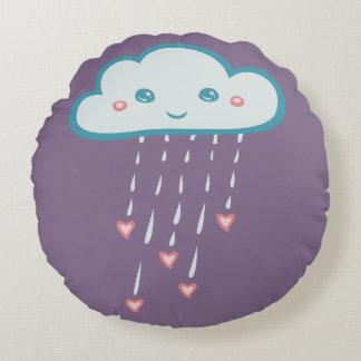Nube de lluvia azul feliz que llueve corazones cojín redondo