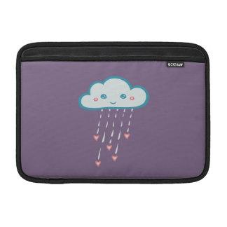 Nube de lluvia azul feliz que llueve corazones funda  MacBook