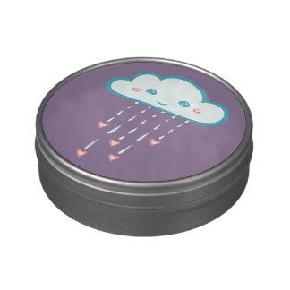 Nube de lluvia azul feliz que llueve corazones latas de dulces