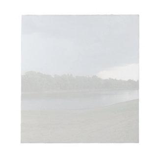 Nube de tormenta amenazadora oscura sobre un valle bloc de papel