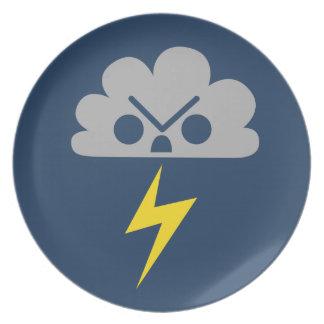 Nube de tormenta enojada linda con el rayo plato de cena