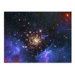 Nube del cúmulo de estrellas que brilla y del gas  postal
