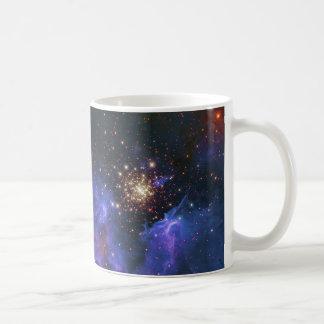 Nube del cúmulo de estrellas que brilla y del gas taza