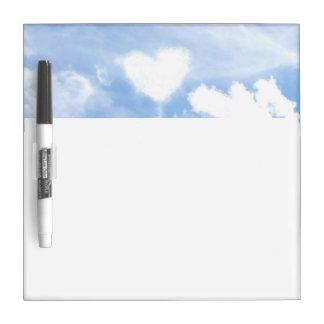 Nube en forma de corazón blanca en el cielo tableros blancos