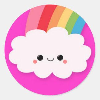 Nube feliz del arco iris en rosas fuertes pegatina redonda
