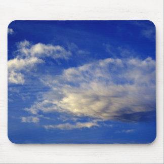 Nube muy estructurada en un cielo azul hermoso tapetes de raton