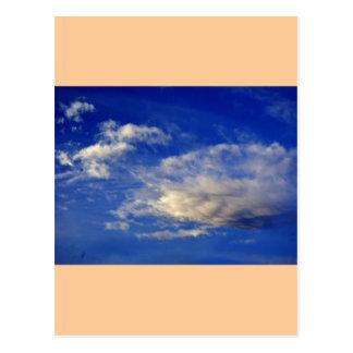 Nube muy estructurada en un cielo azul hermoso tarjeta postal