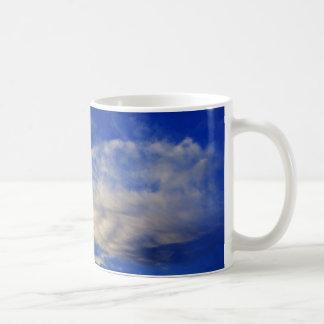 Nube muy estructurada en un cielo azul hermoso taza de café