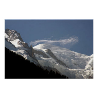 Nube nebulosa sobre la cumbre de Mont Blanc Póster