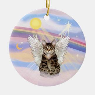 Nubes - ángel del gato de tigre del Tabby de Brown Adorno Redondo De Cerámica