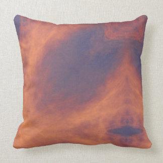 Nubes ardientes rojas en caleidoscopio almohadas