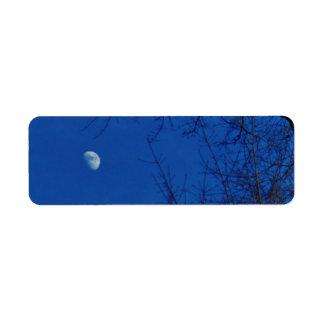 Nubes azules brillantes de la Luna Llena con los Etiqueta De Remite