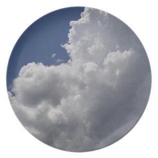 Nubes blancas de Fluffly en el cielo azul Platos
