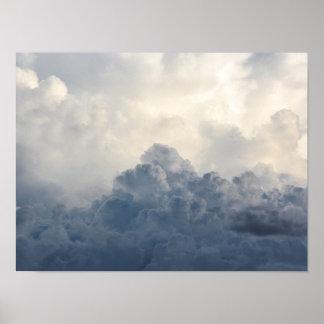 Nubes blancas divinas de la nube de tormenta en póster