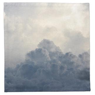Nubes blancas divinas de la nube de tormenta en servilleta imprimida