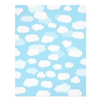 Nubes blancas en la impresión del papel de cielo membrete a diseño