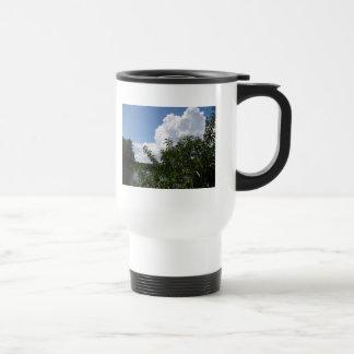 Nubes blancas mullidas del árbol de melocotón de taza de viaje