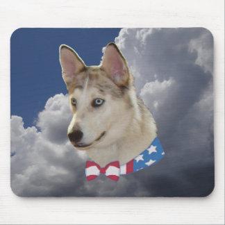 Nubes blancas mullidas del perro fornido patriótic tapete de ratones