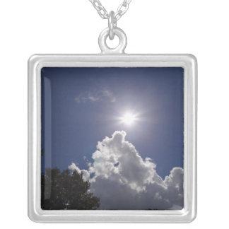 Nubes blancas mullidas del resplandor solar del colgante cuadrado