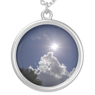 Nubes blancas mullidas del resplandor solar del colgante redondo